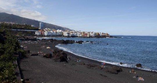 La cercana playa volcánica de Playa Jardín