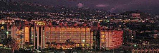 Vista nocturna del Puerto Palace ****