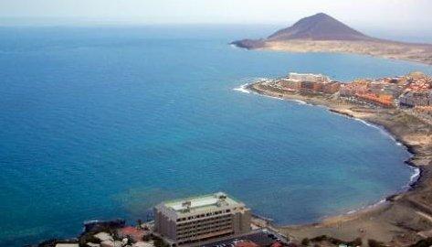Vista del hotel en primer termino con la playa de La Jaquita y El Médano de fondo