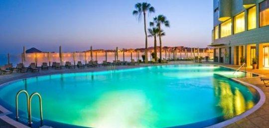 Vista nocturna de piscina