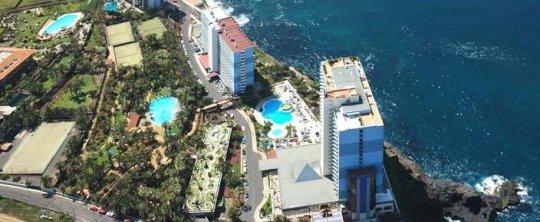 Vista aérea del hotel en primer termino con su magnífico jardín