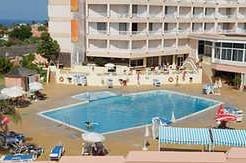 Vista piscina con complejo de fondo