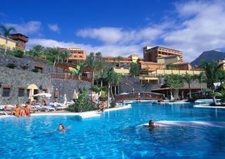 Vista piscina con hotel de fondo