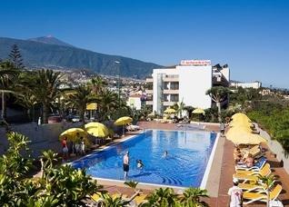 Vista piscina y hotel con El Teide de fondo